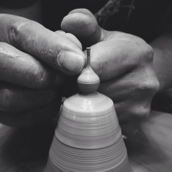 فنان يبدع في تشكيل القطع الفخارية بالغة الصغر