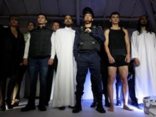 عارضو أزياء يرتدون ملابس واقية من الرصاص من تصميم الكولومبي ميجيل كاباليرو في بوجوتا بكولومبيا يوم الجمعة. تصوير رويترز.