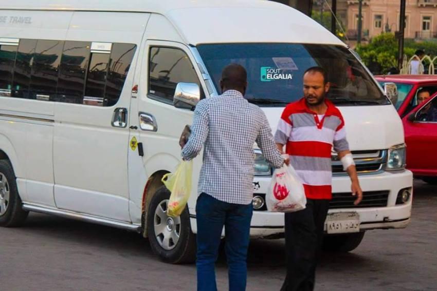 شباب وفتيات الجالية السودانية بالقاهرة يوزعون وجبة الافطار علي الصائمين بالشوارع