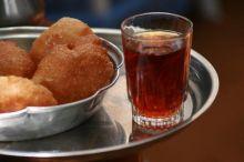 ولع السودانيين بالشاي: مجالس البرامكة.. أجواء شرب احتفالية مصحوبة بالغناء