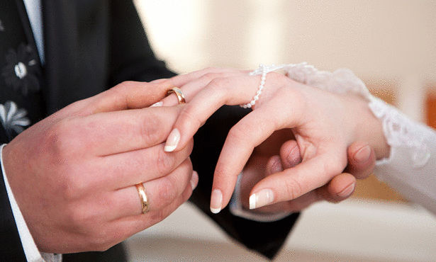 مصرية  تتزوج والدها وترتدي الفستان الأبيض