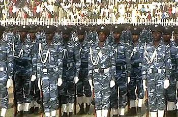 الشرطة تستعرض القوة وتحذر من شائعات لتخريب الانتخابات