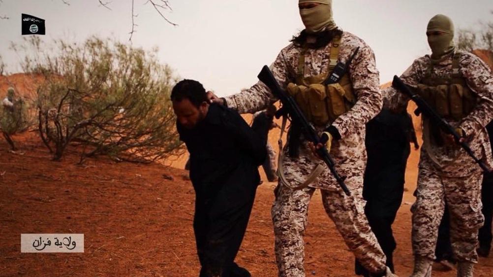 """لأول مرة.. داعش يقطع أوصال """"جاسوس"""" قبل إعدامه"""