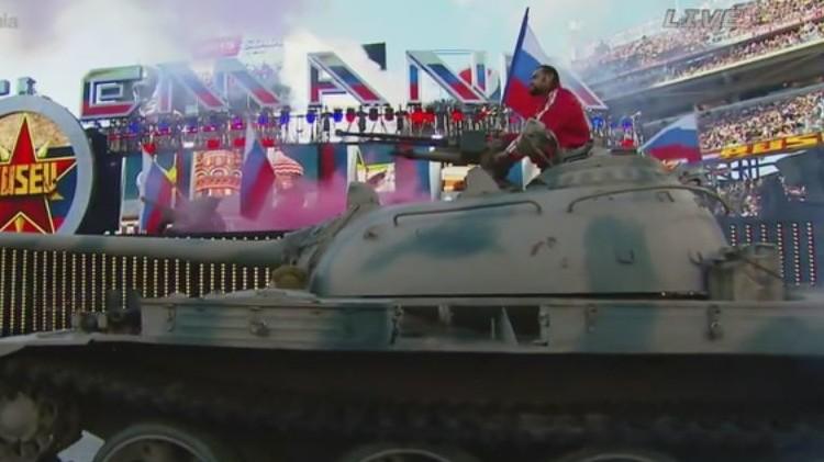 بالصور: مصارع يصل كاليفورنيا راكبا دبابة بعلم روسي