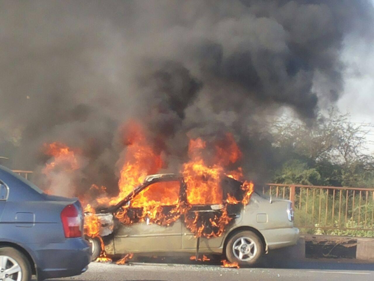 بالصور.. تعطل حركة المرور في كوبري شمبات بسبب إحتراق عربة موظف شركة زين
