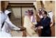 صورة للرئيس الفرنسي وهو يحاول الإمساك بكامل (طبق تمر ) في السعودية تثير ضحك مواقع التواصل !!