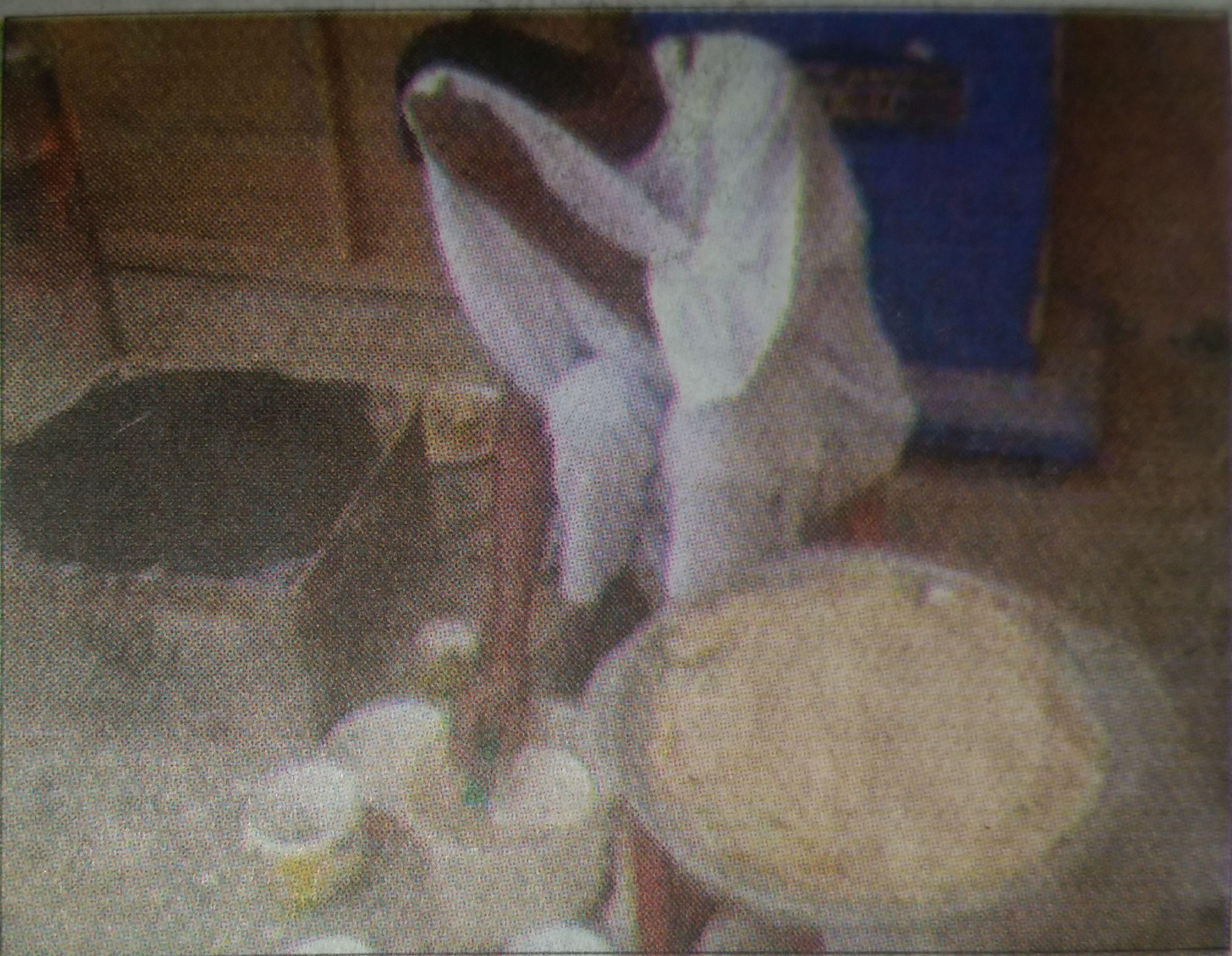 """ما بين مؤيد ومعارض .. صورة لرجل سوداني """" يعوس الكسرة """" تثير الجدل بالأسفير ..!"""