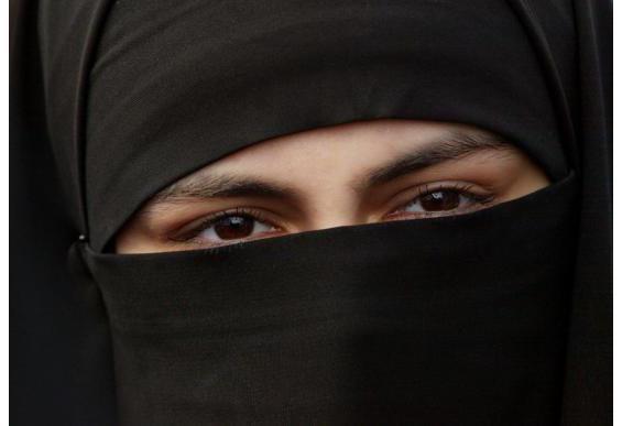 دراسة: النساء أكثر تديناً من الرجال في معظم دول العالم