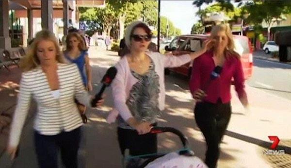 بالفيديو: سيدة تطفئ سيجارتها في وجه مراسلة تليفزيون