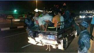بالصور ..لاعبو مولودية يستغلون عربات الشرطة في الخرطوم للوصول الي الفندق