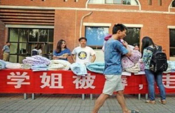 طالب صيني يجمع ثروة ببيع لحف الطالبات المستعملة للمعجبين بهم