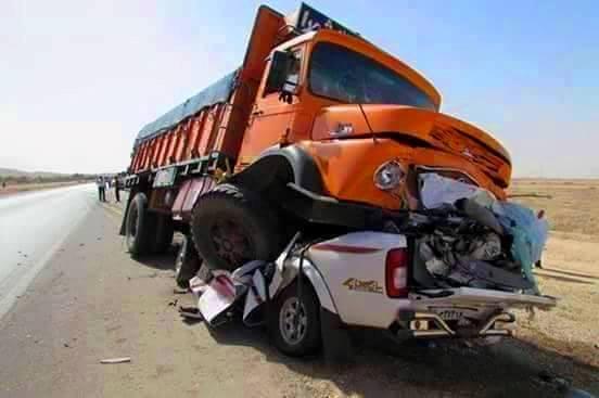 بالصورة : وفاة سائق في حادث سير غريب شاحنة تقفز على سيارته وتطحنها !!