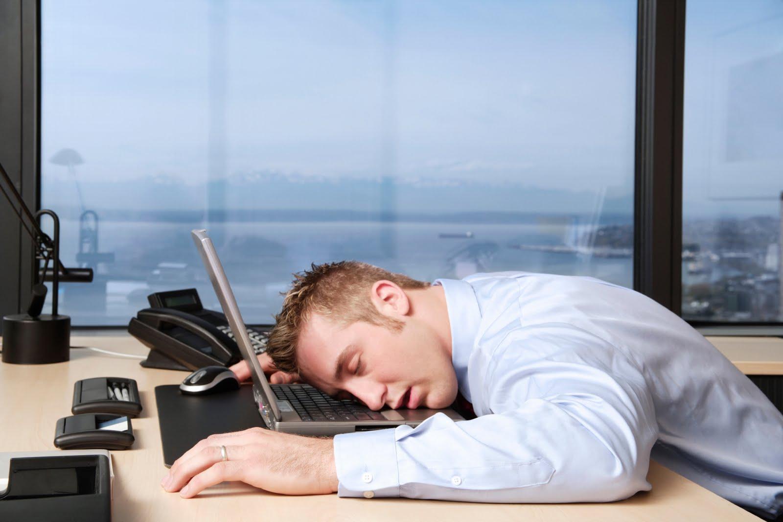 علماء: من مصلحة العمل أن ينام الموظفون قليلا في أماكن عملهم