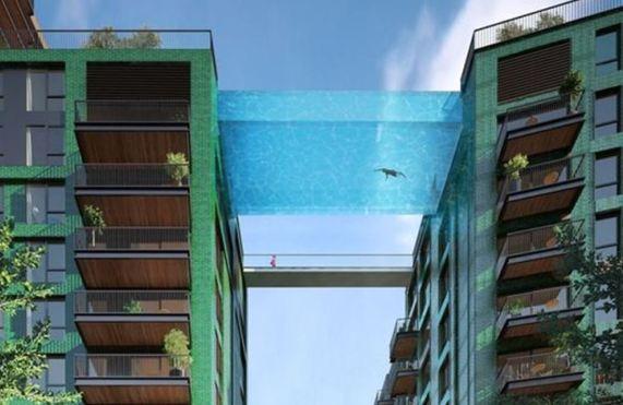 """بالصور: حمام سباحة معلق بين السماء والأرض.. """"ليس لضعاف القلوب"""""""