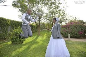 العرسان ومواكبة الموضة من الـ(إسلو) إلى (الأوت دور) والتقيبل وتبادل العناق في الصور