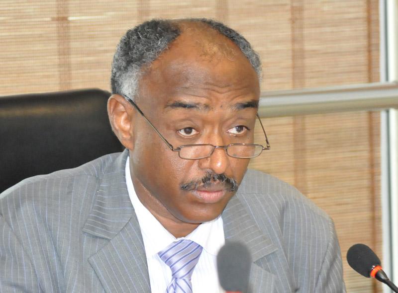 كمال عبد اللطيف يمثل أمام المحكمة في اختلاسات وزارة المعادن