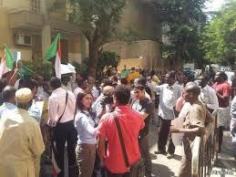 طلاب مصريين يتدافعون للالتحاق بالمدارس والجامعات السودانية