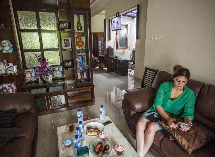 بالصور: هذه السيدة تعرض منزلها للبيع.. ستتزوج من يشتريه