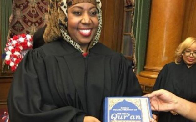 بالصور: أول قاضية بحجاب في أميركا تقسم اليمين على المصحف