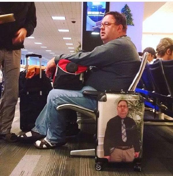 بالصور: مسافر يبتكر طريقة فريدة لتجنب فقدان حقائبه في المطار