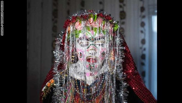 شاهد بالصور.. شاهد كيف يتم تجهيز العروس لحفل الزفاف في بلغاريا