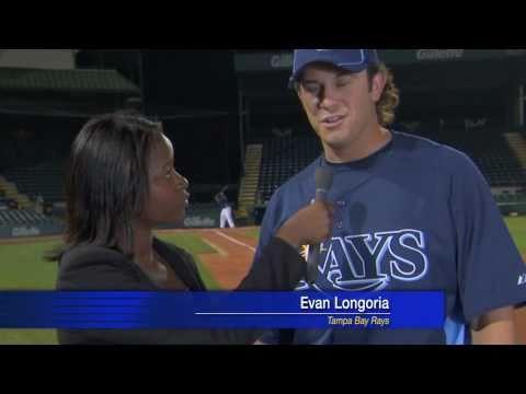 بالفيديو.. لاعب بيسبول ينقذ مذيعة بردة فعله السريعة