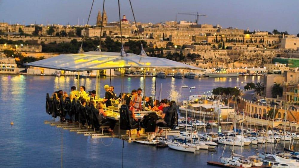 Arriva in Campania il Dinner in the Sky, il ristorante sospeso a 50 metri d'altezza: le città e come prenotare
