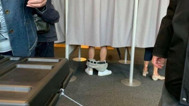 Un électeur ôte son pantalon dans un bureau de vote: mais que faisait-il, pantalon baissé, dans l'isoloir? (photo)