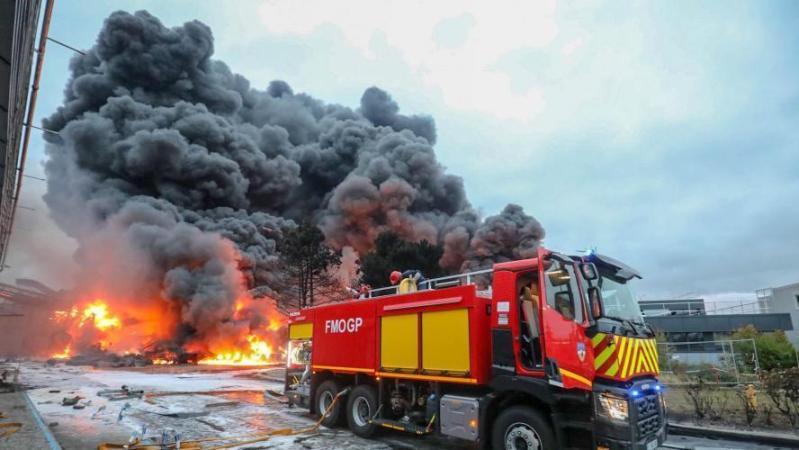 Incendie d'une usine Seveso à Rouen: deux communes portent plainte pour mise en danger de la vie d'autrui