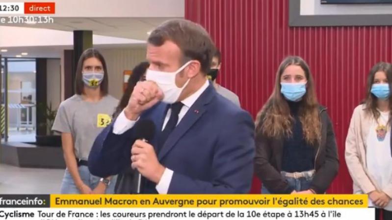 En visite dans un lycée, le président français Emmanuel Macron est victime d'une grosse quinte de toux: «Je m'étrangle» (vidéo)