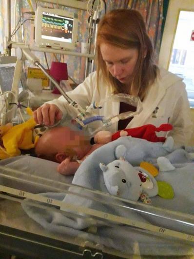 Emilie, la maman, au chevet de son fils.
