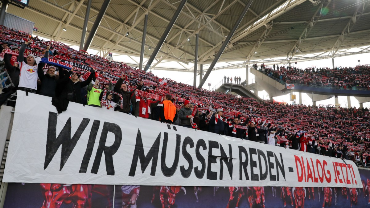 rb leipzig fans protestieren gegen