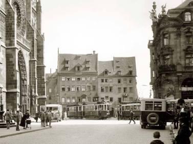 Verkehrstreiben vor der Lorenzkirche um 1928