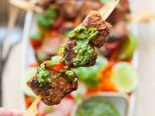 This Easy Beef Shish Kebab recipe is the perfect recipe for entertaining and it's delicious served with Mojo Verde. #shishkebab #shishkabob