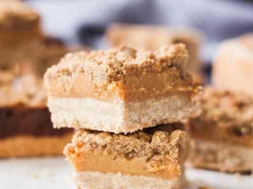 Who doesn't love caramel? Combined with cinnamon, a shortbread base and a crumble topping, these Cinnamon Caramel Crumble Bars are irresistible.