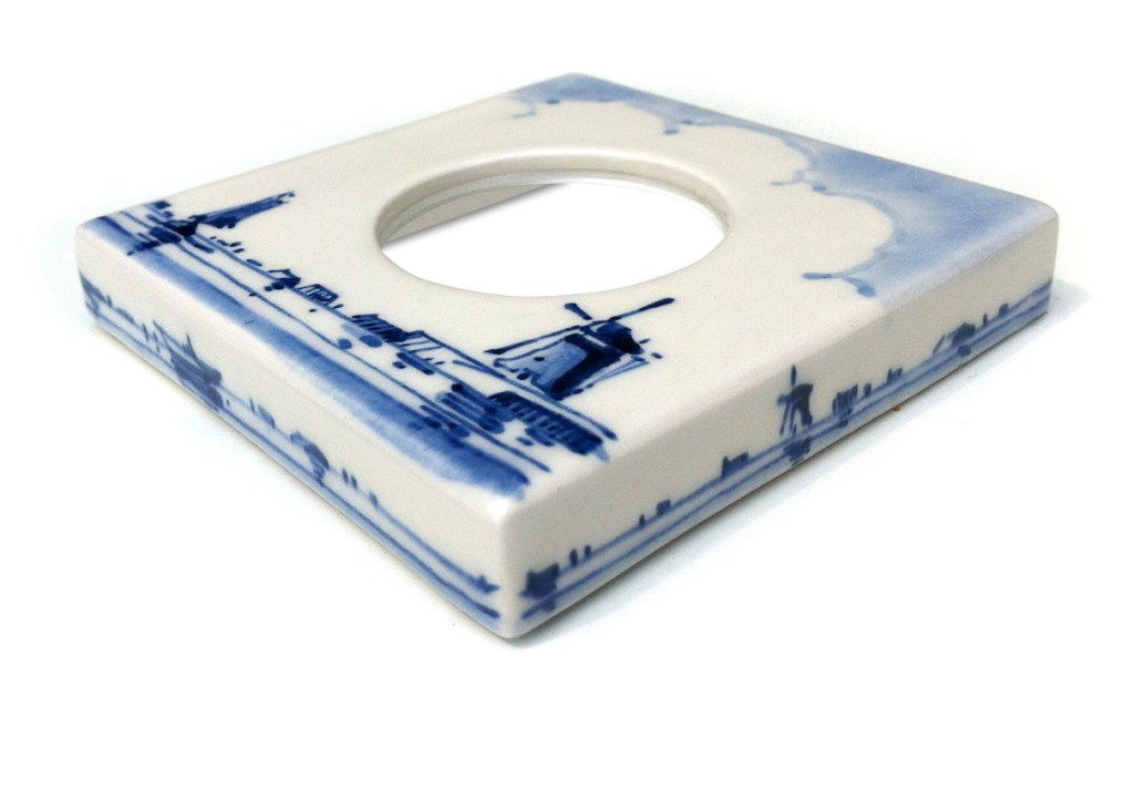 Cover Model single, handpainted Delft Blue. Design: Dutch Portrait