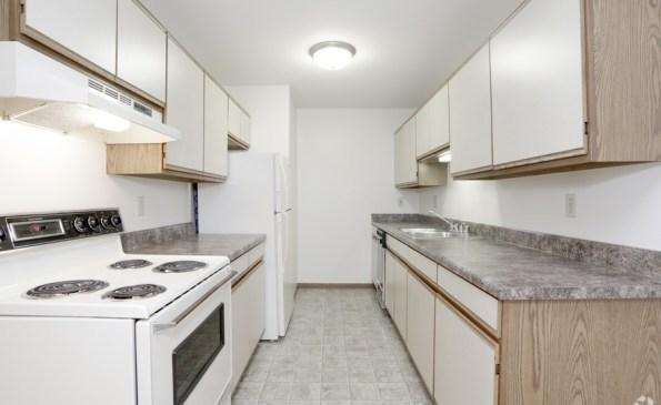stonegate-apartments-kenosha-wi-2-bedroom-800-sf-kitchen
