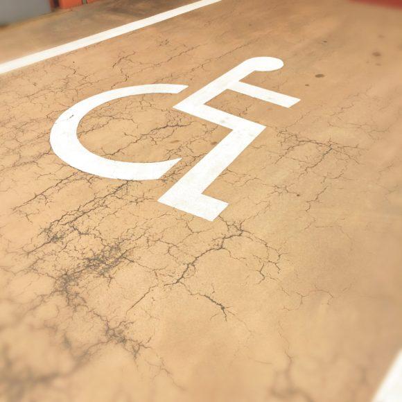 障害者向け駐車スペース