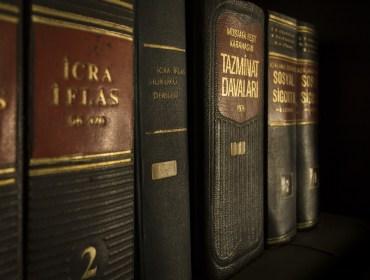 Rząd równo ustawionych włoskich ksiąg w skórzanej oprawie