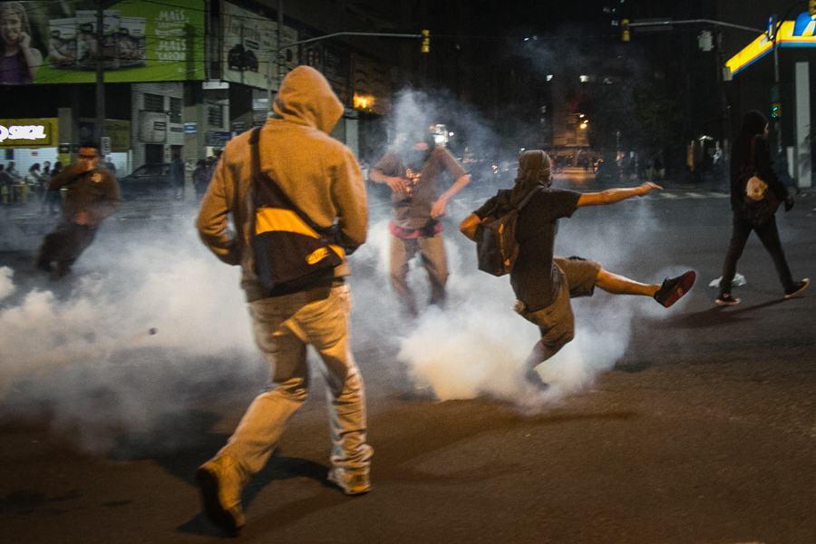 """Após o final da manifestação, ocorreu um confronto entre alguns manifestantes e a Brigada Militar que acionou o que o secretário de Segurança chamou de ˜protocolo de dispersão"""". (Foto: Guilherme Santos/Sul21)"""