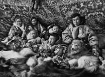 Sebastião Salgado Genesi famiglia del popolo Nenci ritratta nel loro cum, penisola di Jamal, Siberia Russia, marzo aprile 2011