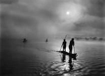 Sebastião Salgado Genesi: tribù waura a pesca nel lago Piyulaga, Mato Grosso, Brasile, luglio settembre 2005