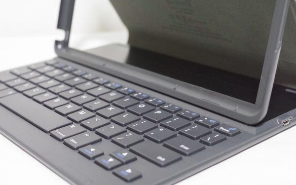 Inateck keyboard for iPad 2017 本体挿入前 拡大