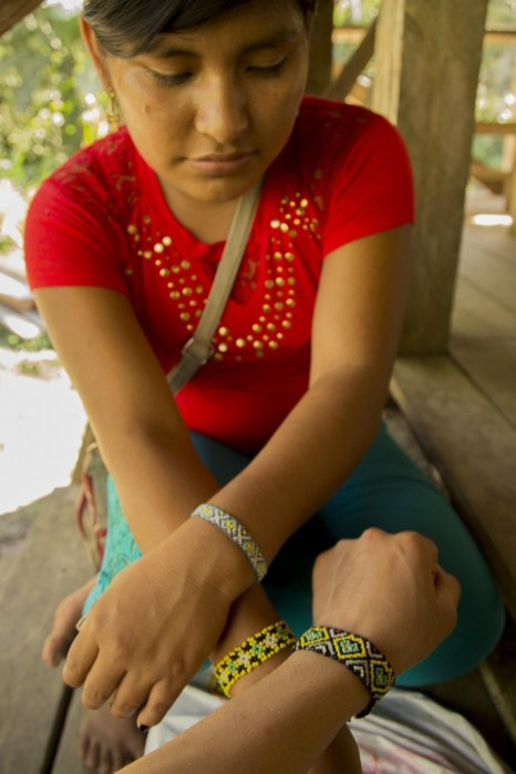 Nelivia teach travellers how to make handicrafts, and gives collars as a present