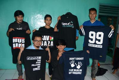 Peserta pelatihan Facebook Marketing berfoto bareng memamerkan produk kaos Ahad Wear.