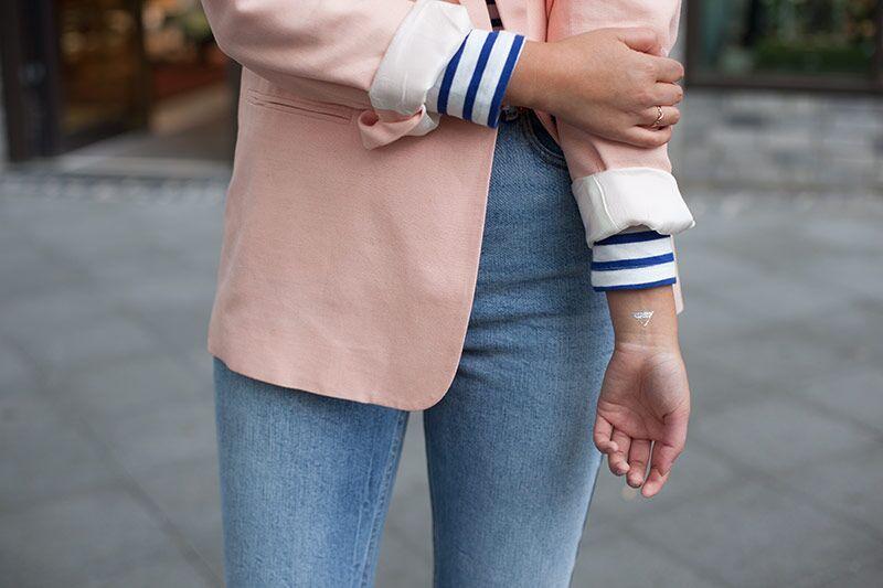 Mom Jeans. Plateau Heels. Boyfriend Blazer. Cropped top.