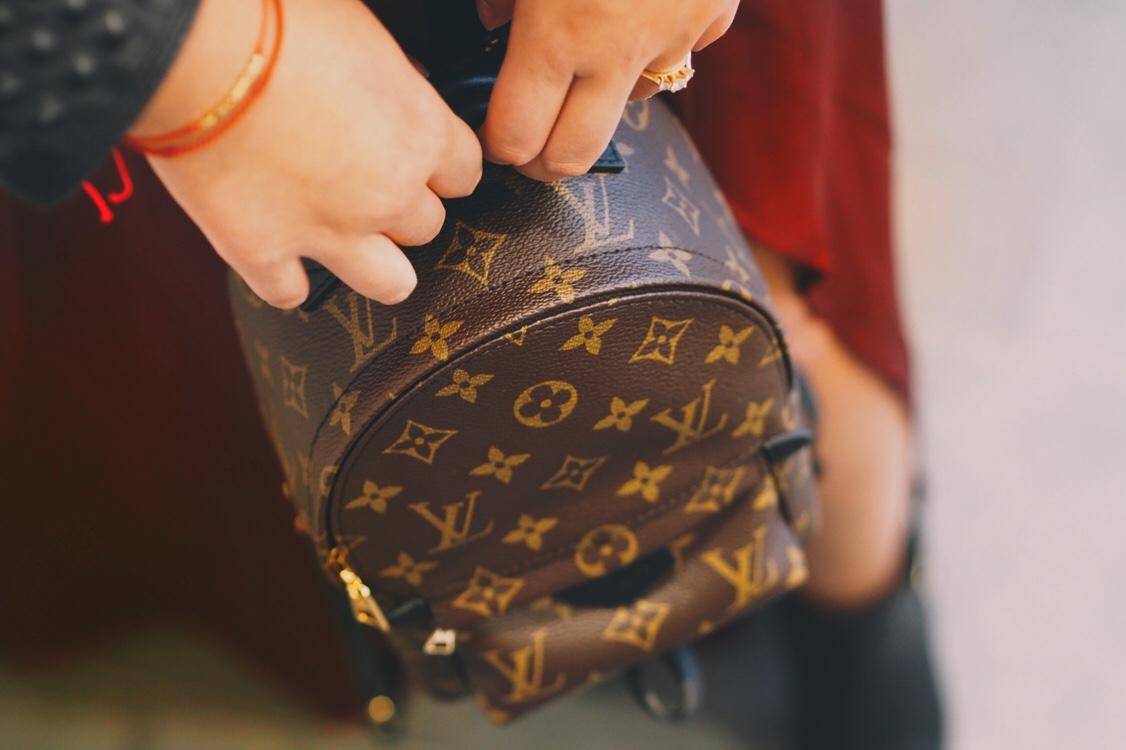 Gala-Look: Modern und Casual – Lederjacke zu Maxikleid | Werbung