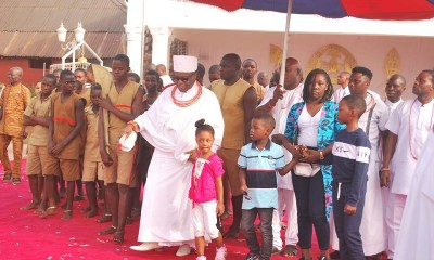 Oba Ewuare II with the Children at the New Year Party.