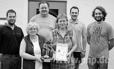 Die Sieger vom Gasthaus Irging mit der geschnitzten Trophäe. (Foto: red)
