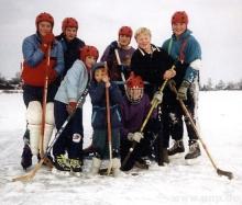 Vor 25 Jahren im winterlichen Kirchdorf schlossen sich ein paar Jungs zum Eishockeyspielen zusammen. Später tauften sie sich auf den Namen
